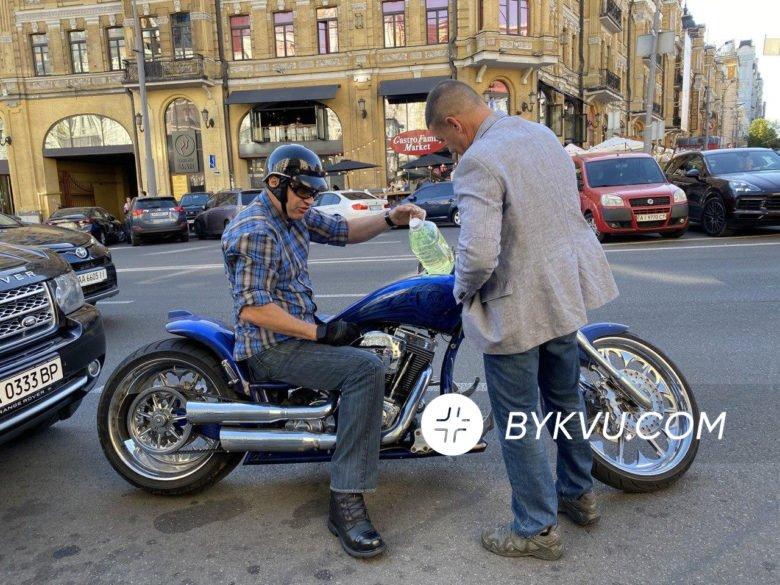 """Винахідливий мер: Кличко """"заглох"""" в центрі Києва і заправив мотоцикл з баклажки - фото 2"""