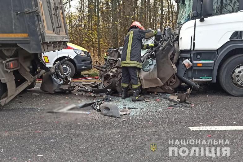 В Черкасской области страшное ДТП: Ланос зажало между двумя фурами, погибла женщина и ее 5-летний сын - фото 2