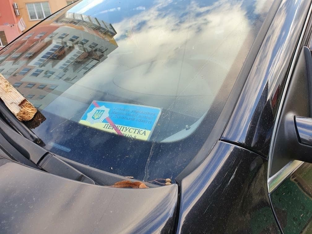 У Львові п'яний поліцейський на позашляховику протаранив три авто і зніс дитячий майданчик - фото 2