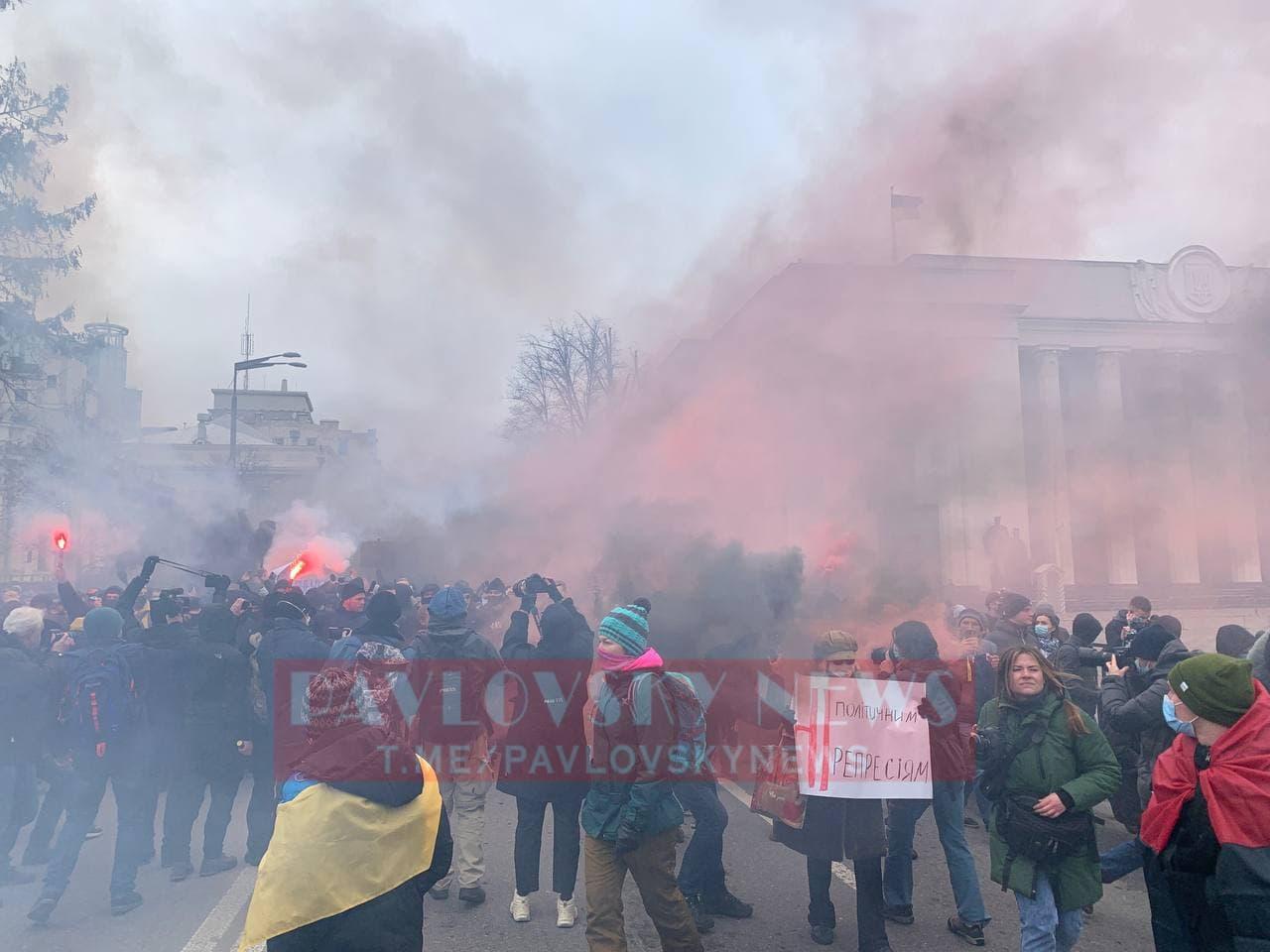 У Києві активісти на підтримку Стерненка крокують до Генпрокуратури: уся колона в диму (фото) - фото 10