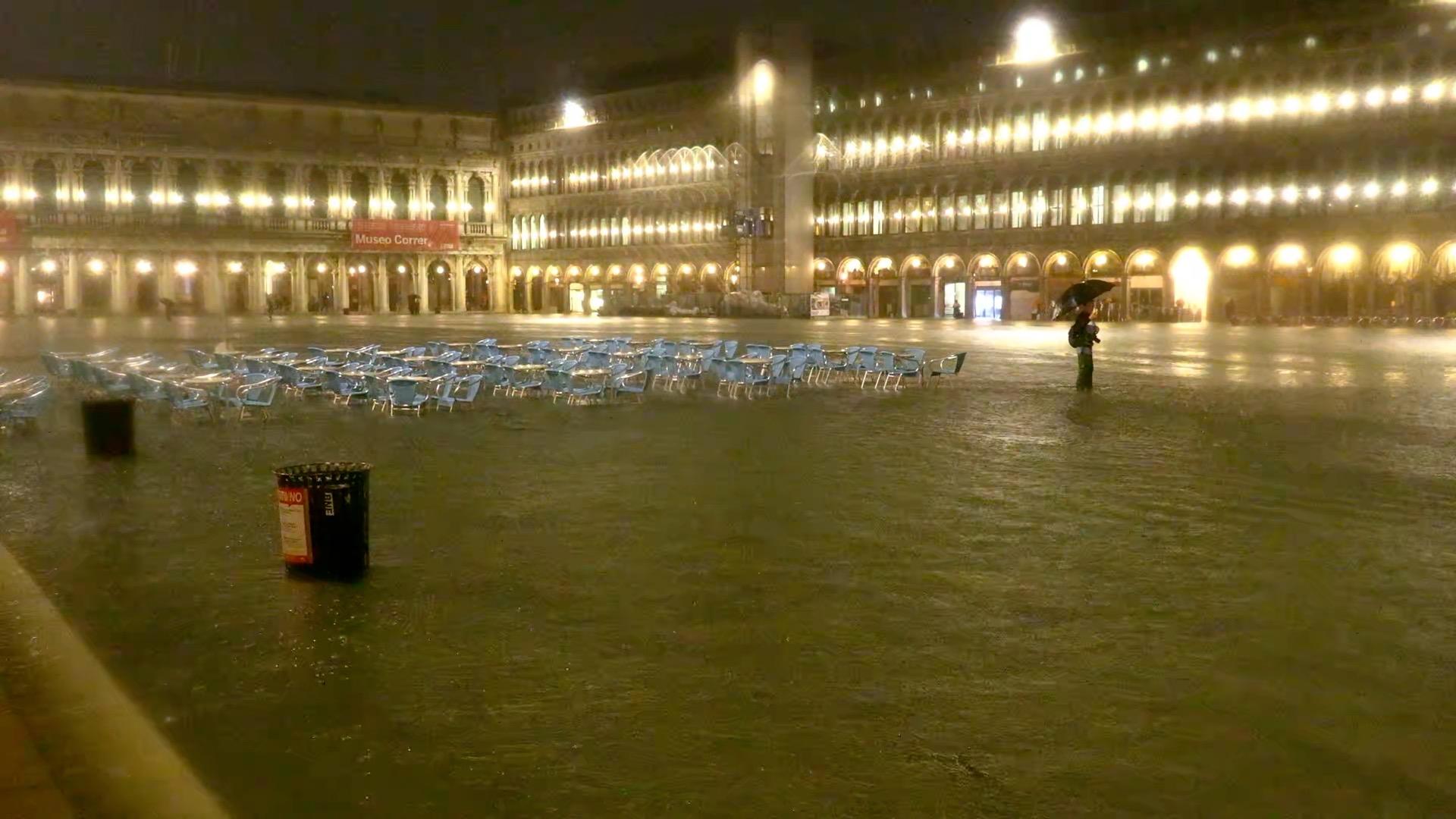 Венеция оказалась под водой из-за рекордного паводка (ФОТО, ВИДЕО)  - фото 4