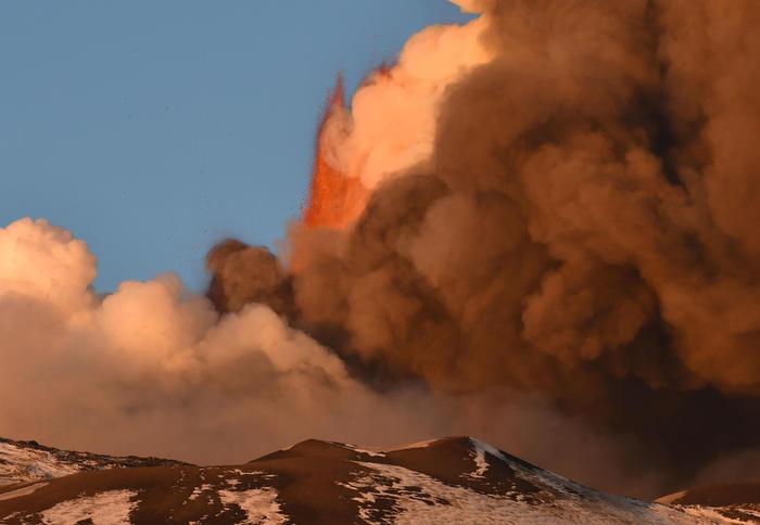 Вулкан Этна на Сицилии начал внезапное извержение в последних лучах солнца (видео) - фото 4
