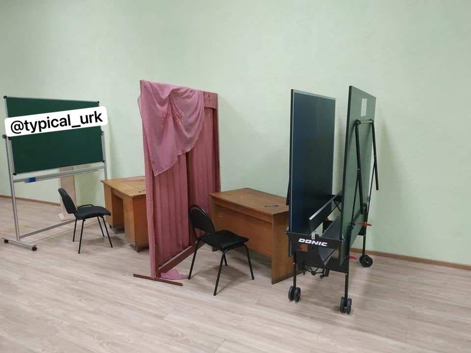 Курйозні фото з виборчих дільниць - як викручувалися виборчкоми при відсутності кабінок для голосування - фото 2