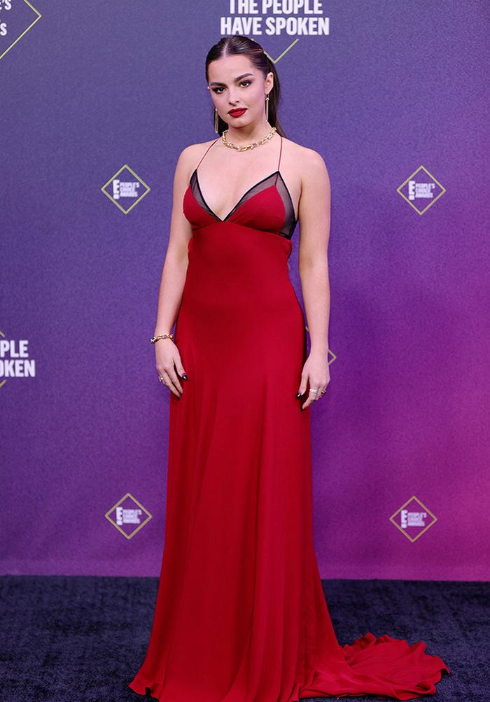 People's Choice Awards: лучшие звездные наряды на красной дорожке - фото 4