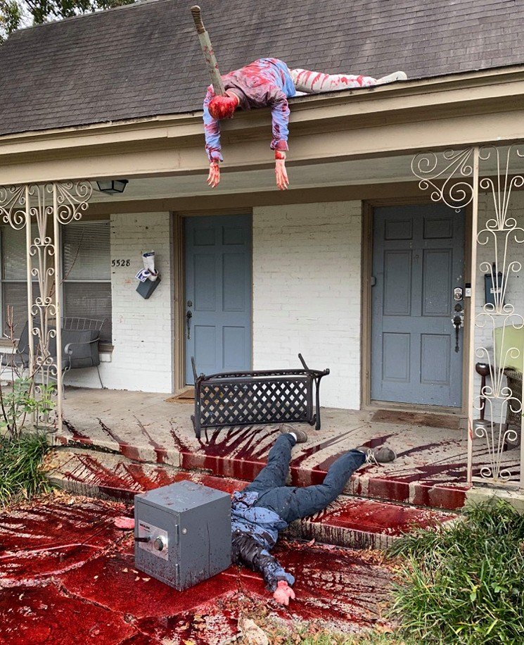 Художник прикрасив свій будинок до Хеллоуїну «сценами вбивств» - фото - фото 3
