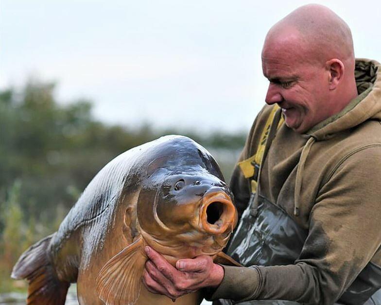 Весом 34 килограмма: рыбак поймал самого большого карпа-рекордсмена (фото)  - фото 3