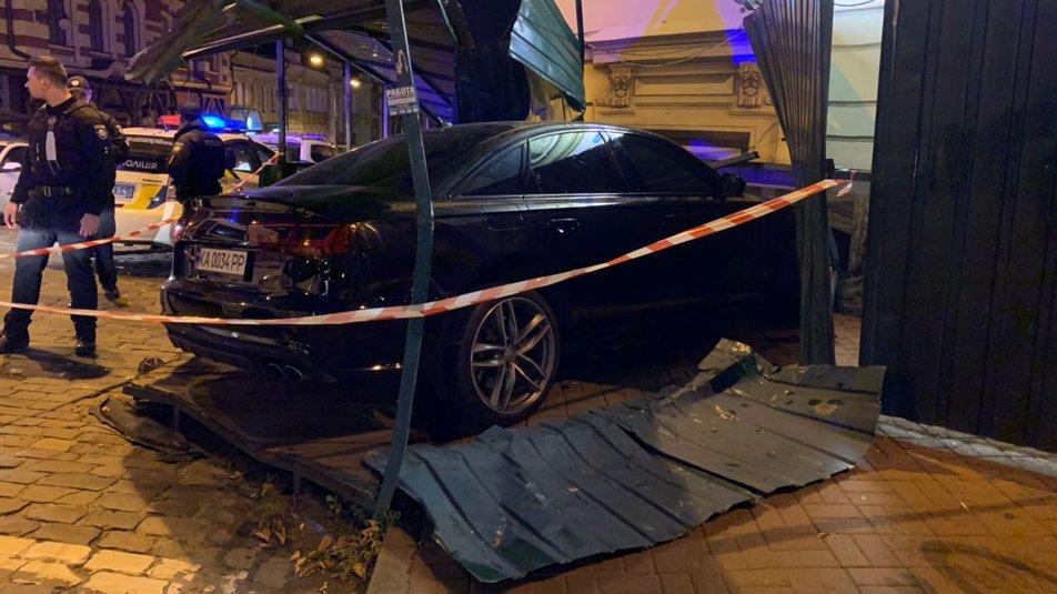 """В центре Киева Ауди """"не разминулся"""" с домом, есть травмированные - водитель нагло покинул место происшествия - фото 7"""