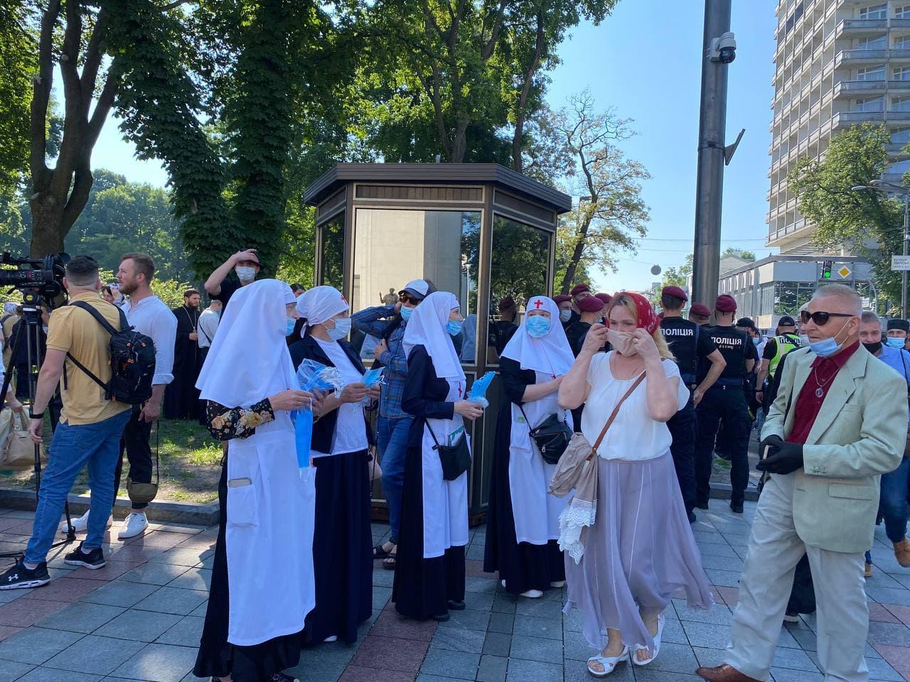 Неправославно: через що представники УПЦ МП зібралися під Радою (ФОТО, ВІДЕО) - фото 4