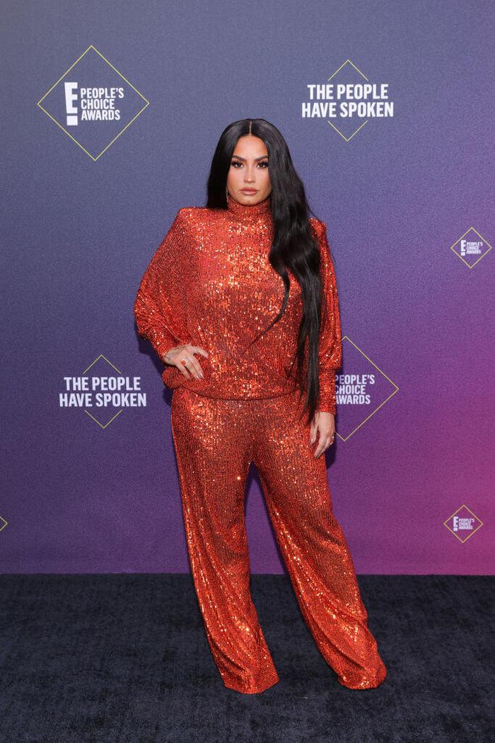 People's Choice Awards: лучшие звездные наряды на красной дорожке - фото 6