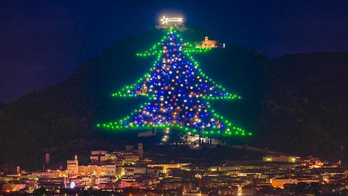 Высота 750 метров: в Италии зажгли самую большую новогоднюю елку - фото 2
