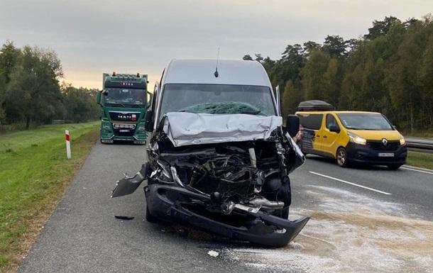 В Польше микроавтобус с украинцами столкнулся с грузовиком: есть пострадавшие (ФОТО) - фото 2