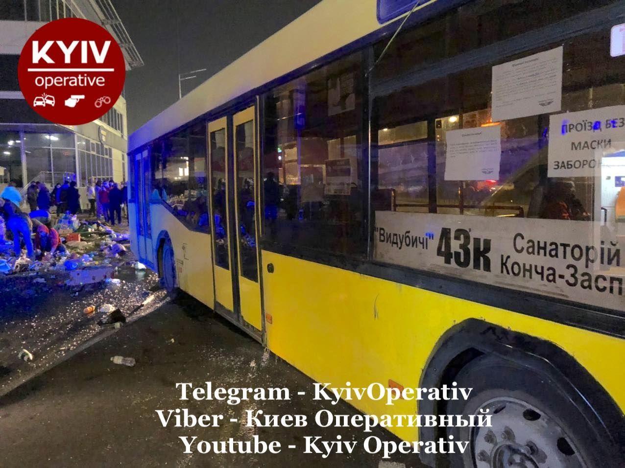 Смертельное ДТП в Киеве - автобус снес остановку, полную людей - фото 7