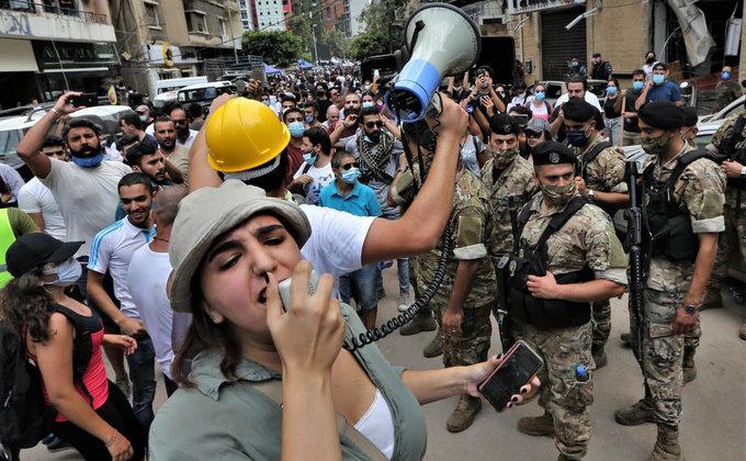Уничтоженный Бейрут захлестнули драки и антиправительственные костры (фоторепортаж) - фото 4