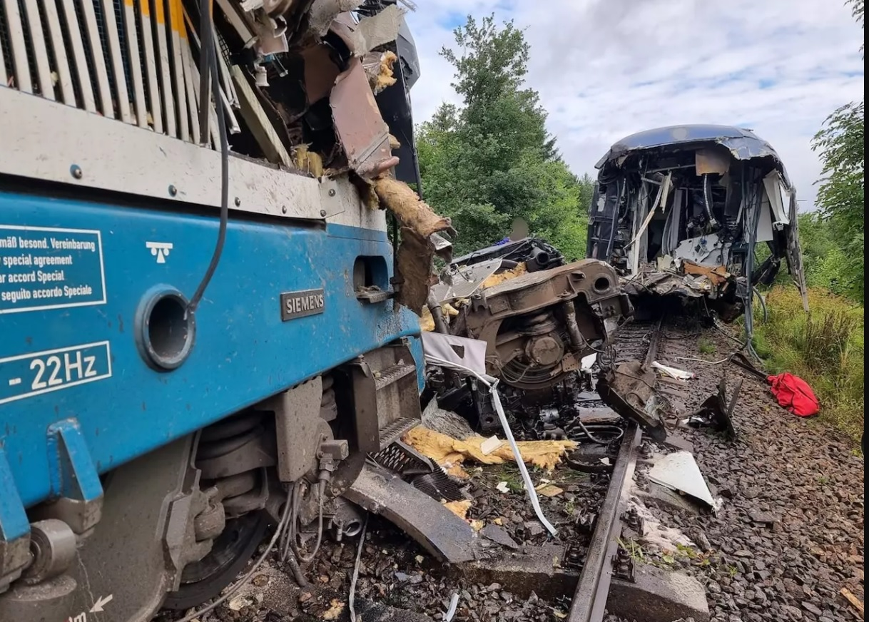 В Чехии столкнулись два пассажирских поезда: десятки пострадавших (ФОТО) - фото 2