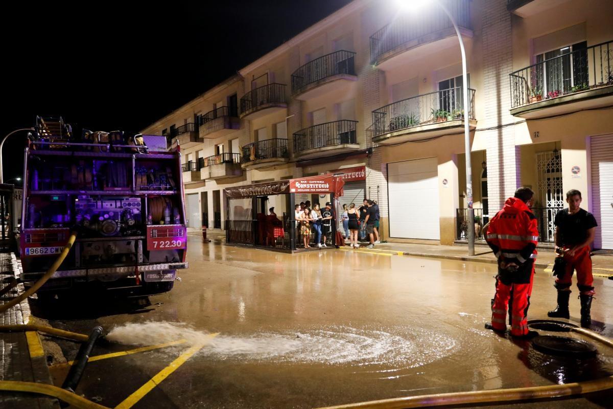 Вода несла автомобили по улицам: в Испании из-за сильных дождей образовались наводнения (ФОТО) - фото 3