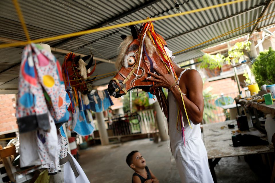 Как танцующие дьяволы в Венесуэле пытаются прогнать коронавирус – фоторепортаж - фото 3