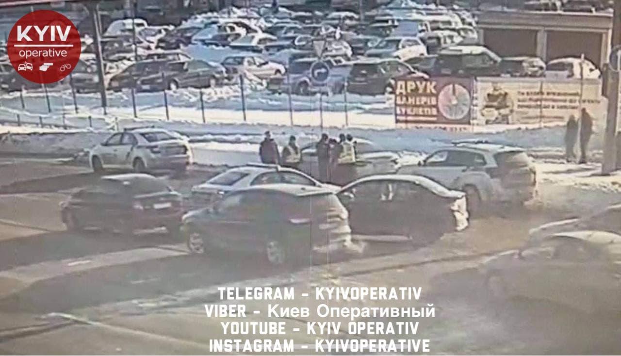 Смертельный удар: в Киеве водитель иномарки подрался с пешеходом (ФОТО) - фото 3