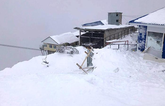 Лавина на российском курорте: под завалами остались люди (ФОТО, ВИДЕО) - фото 2