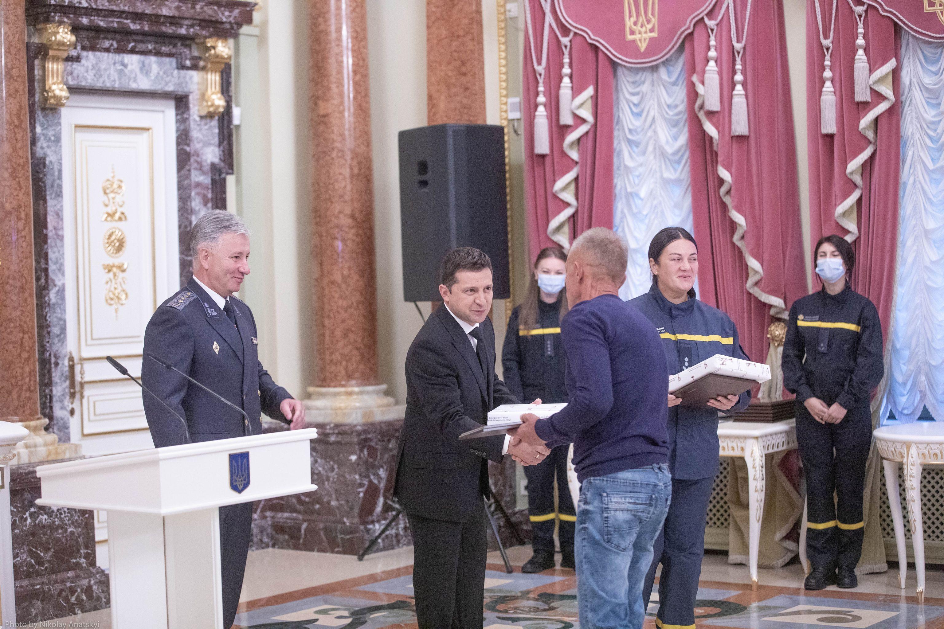 Школярі, пенсіонери, водії: хто отримав нагороди від президента - фото 4