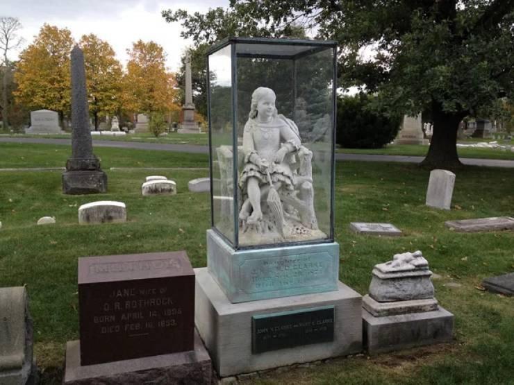 Странные, душераздирающие и забавные - 25 необычных надгробий со всего мира - фото 30