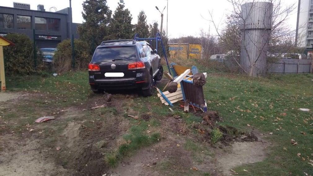 У Львові п'яний поліцейський на позашляховику протаранив три авто і зніс дитячий майданчик - фото 5