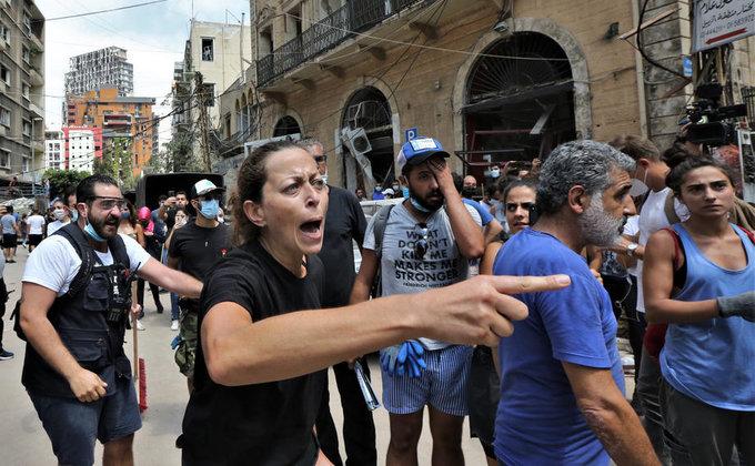 Уничтоженный Бейрут захлестнули драки и антиправительственные костры (фоторепортаж) - фото 2