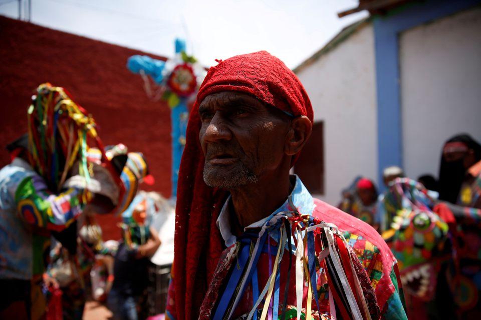 Как танцующие дьяволы в Венесуэле пытаются прогнать коронавирус – фоторепортаж - фото 2