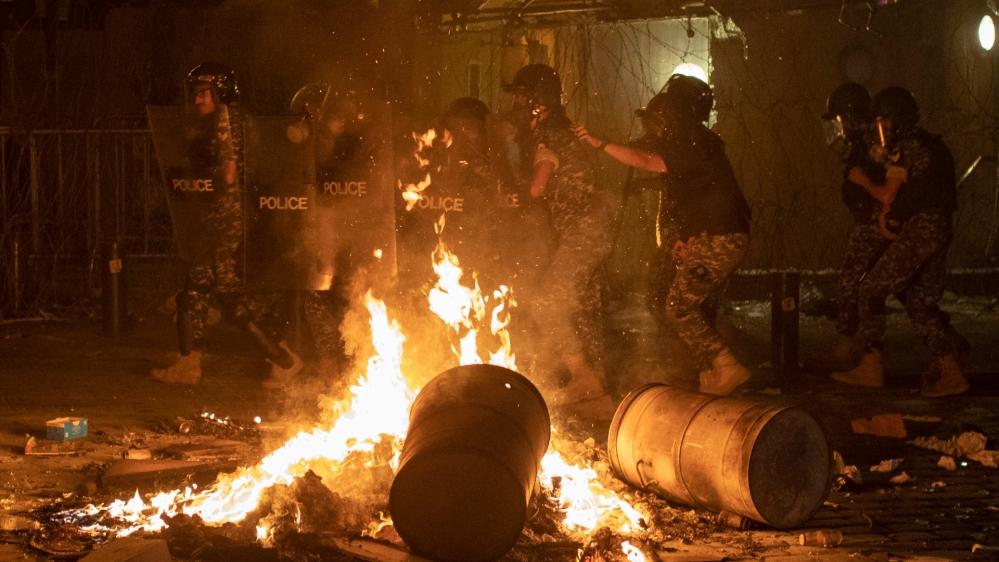 Уничтоженный Бейрут захлестнули драки и антиправительственные костры (фоторепортаж) - фото 9
