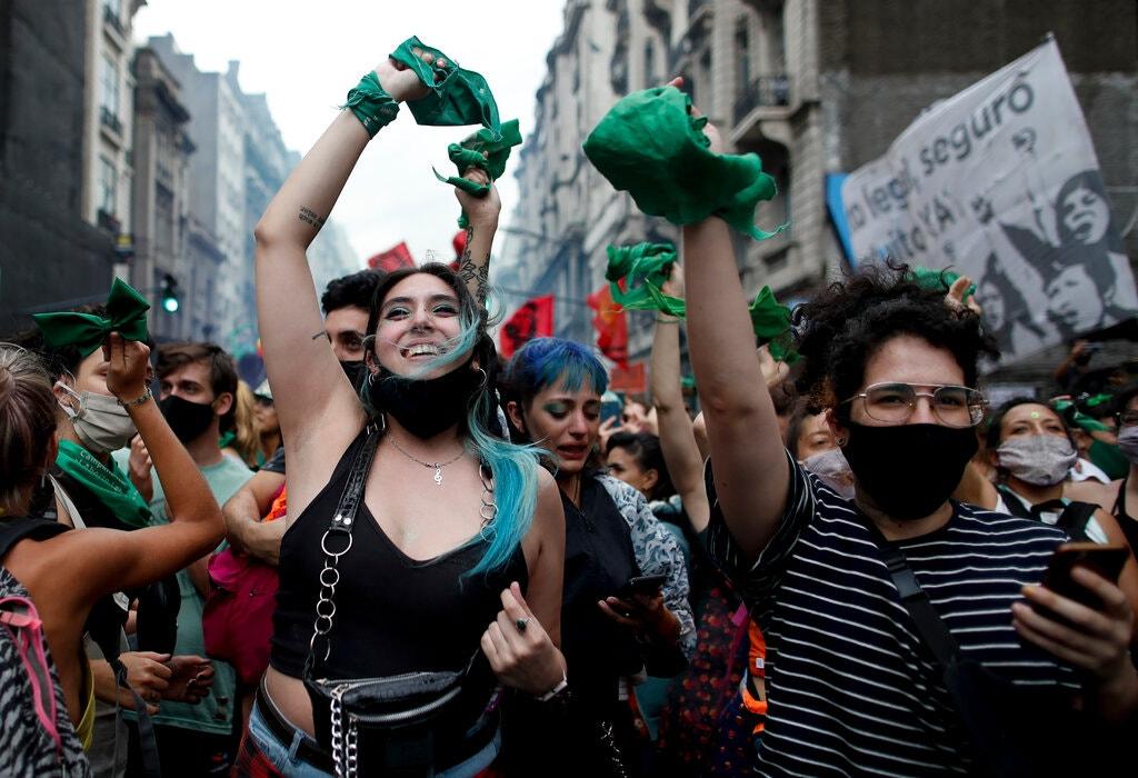 В Аргентине тысячи женщин вышли на митинг за легализацию абортов (ФОТО) - фото 7