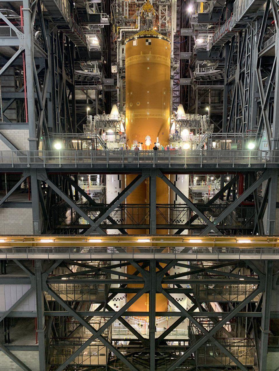 NASA впервые показало, как выглядит собранная космическая ракета, которая отправит людей на Луну - фото 2