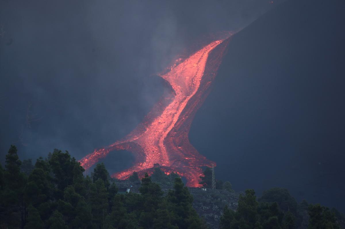 Извержение вулкана на Канарах стало еще сильнее: лава вызвала пожар на заводе (ФОТО)  - фото 2
