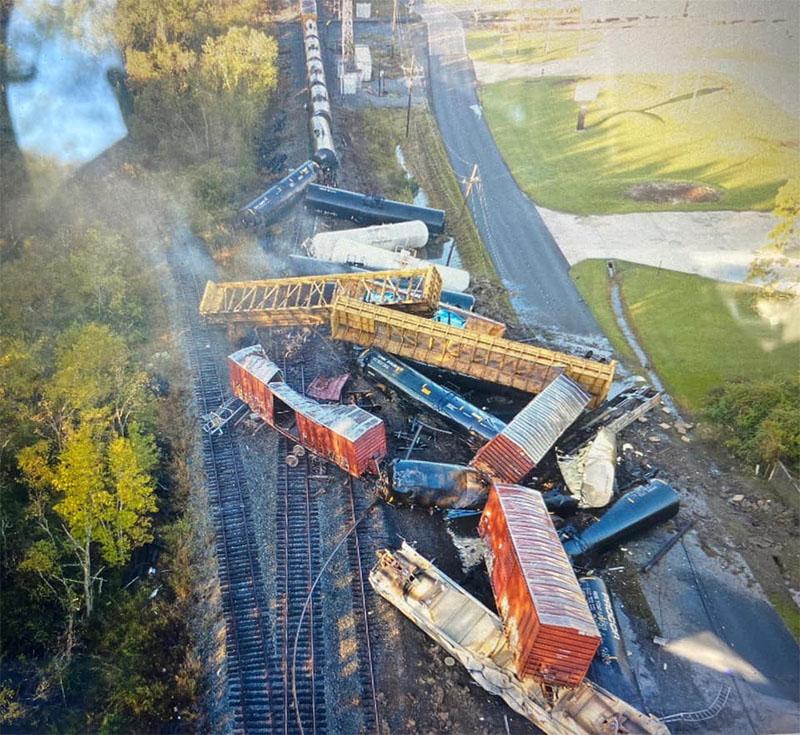 Масштабное крушение поезда с нефтепродуктами в США: идет эвакуация населения - фото 2