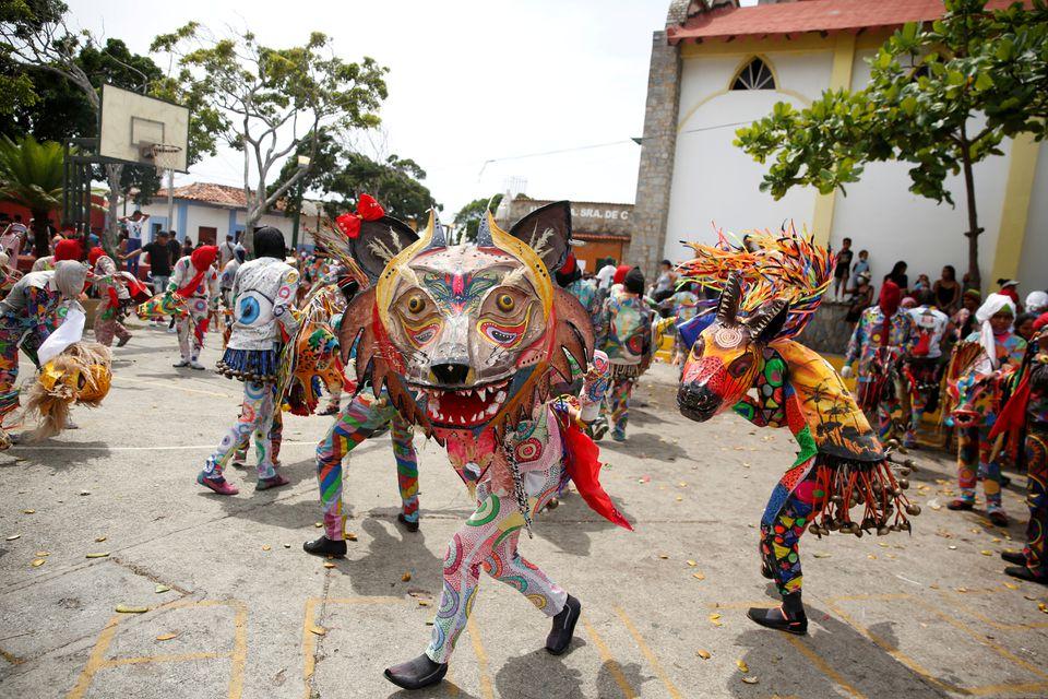 Как танцующие дьяволы в Венесуэле пытаются прогнать коронавирус – фоторепортаж - фото 6
