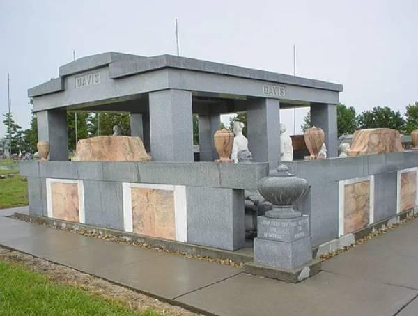 Странные, душераздирающие и забавные - 25 необычных надгробий со всего мира - фото 20