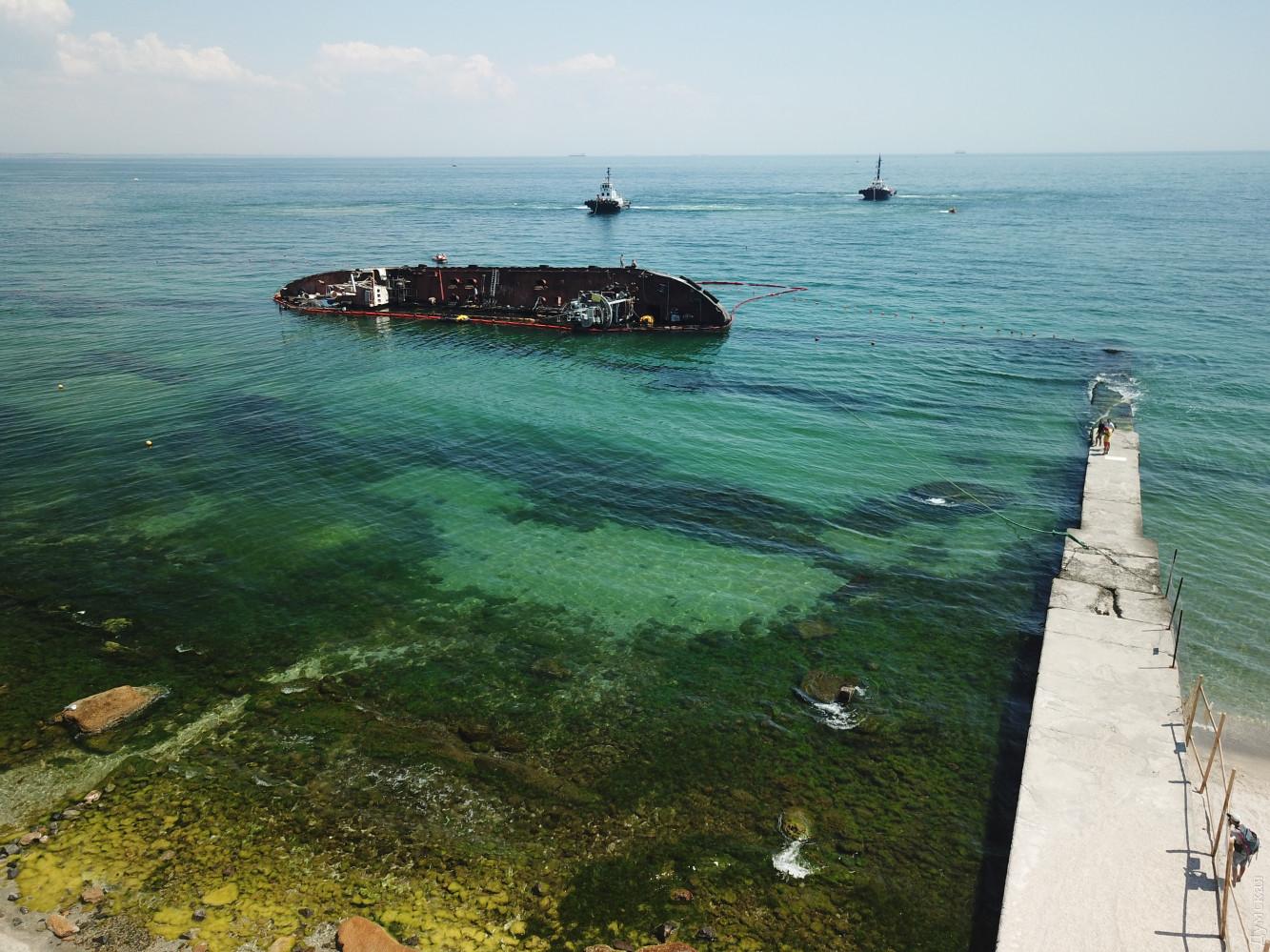 В Одессе занялись заброшенным Delfi: появились фото, как поднимают танкер - фото 4