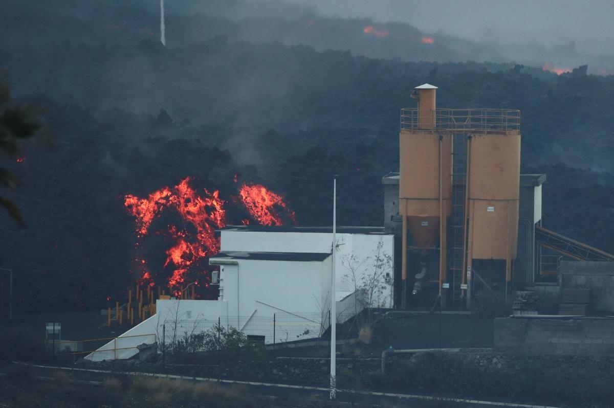 Извержение вулкана на Канарах стало еще сильнее: лава вызвала пожар на заводе (ФОТО)  - фото 3