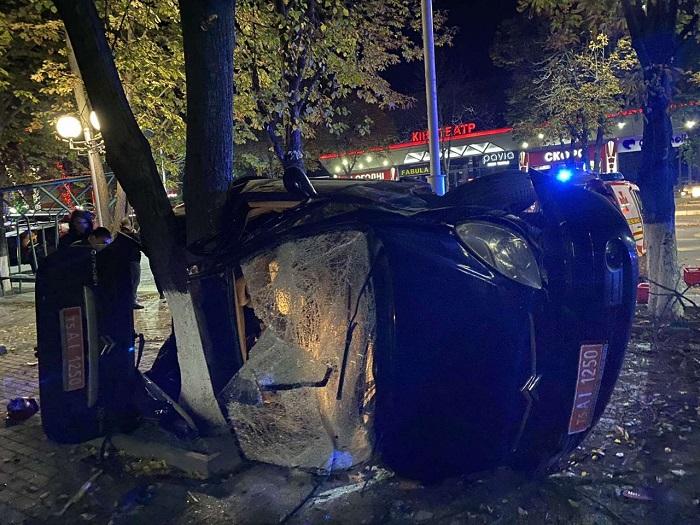 Удар був такої сили, що дерево виявилося вирваним з коренем - в Одеській області страшне ДТП, яке забрало життя - фото 5