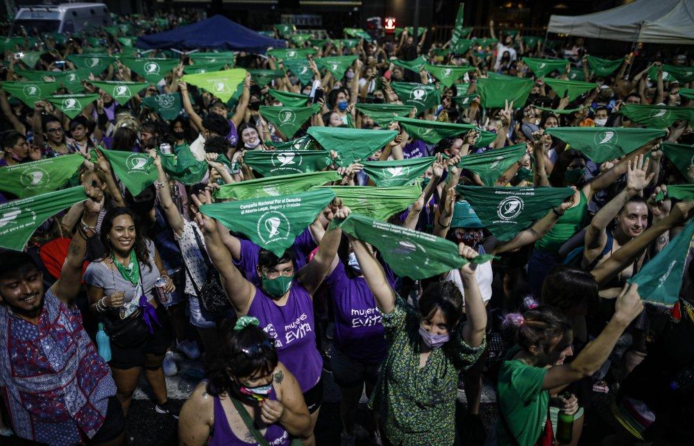 В Аргентине тысячи женщин вышли на митинг за легализацию абортов (ФОТО) - фото 3
