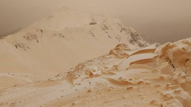 В Европе выпал цветной снег (Фото) - фото 3