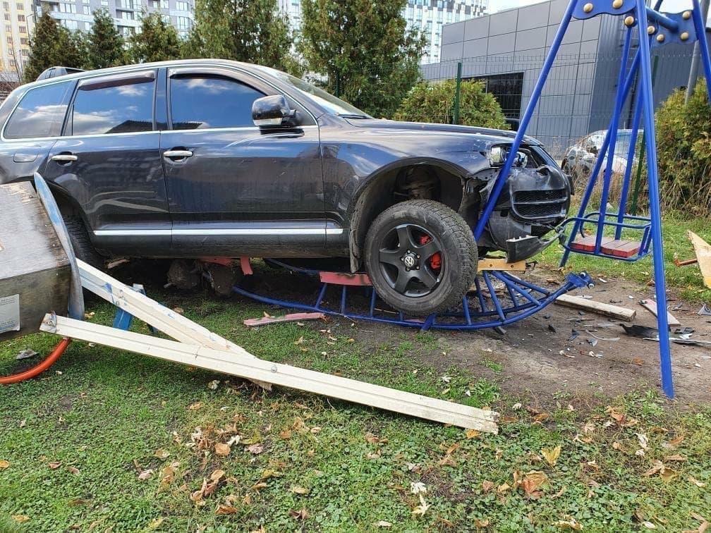 У Львові п'яний поліцейський на позашляховику протаранив три авто і зніс дитячий майданчик - фото 4