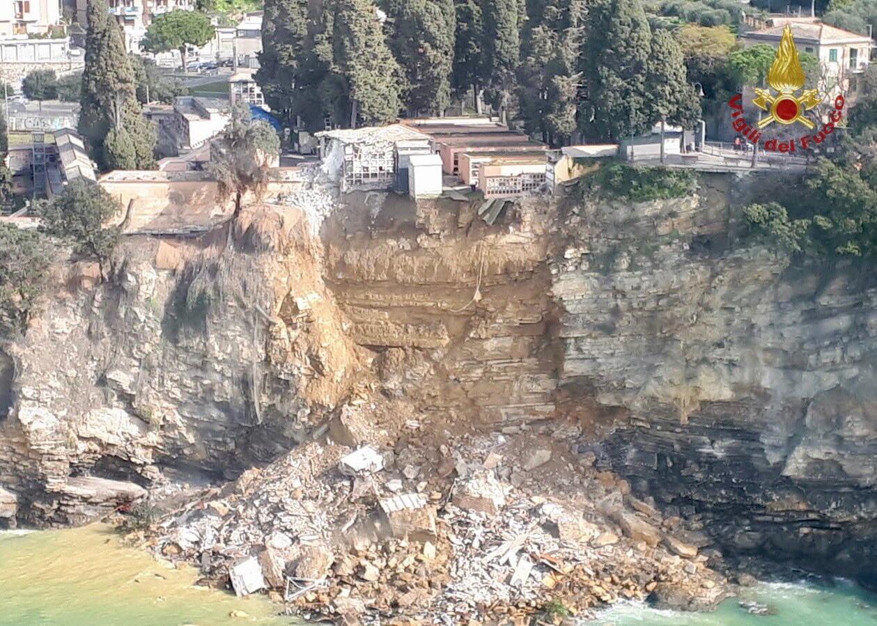 Зсув зруйнував кладовища в Італії і 200 трун плавали в морі (відео) - фото 3