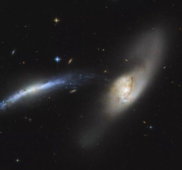 Невероятно: телескоп Хаббл показал, как одна галактика поглощает другую (фото) - фото 2