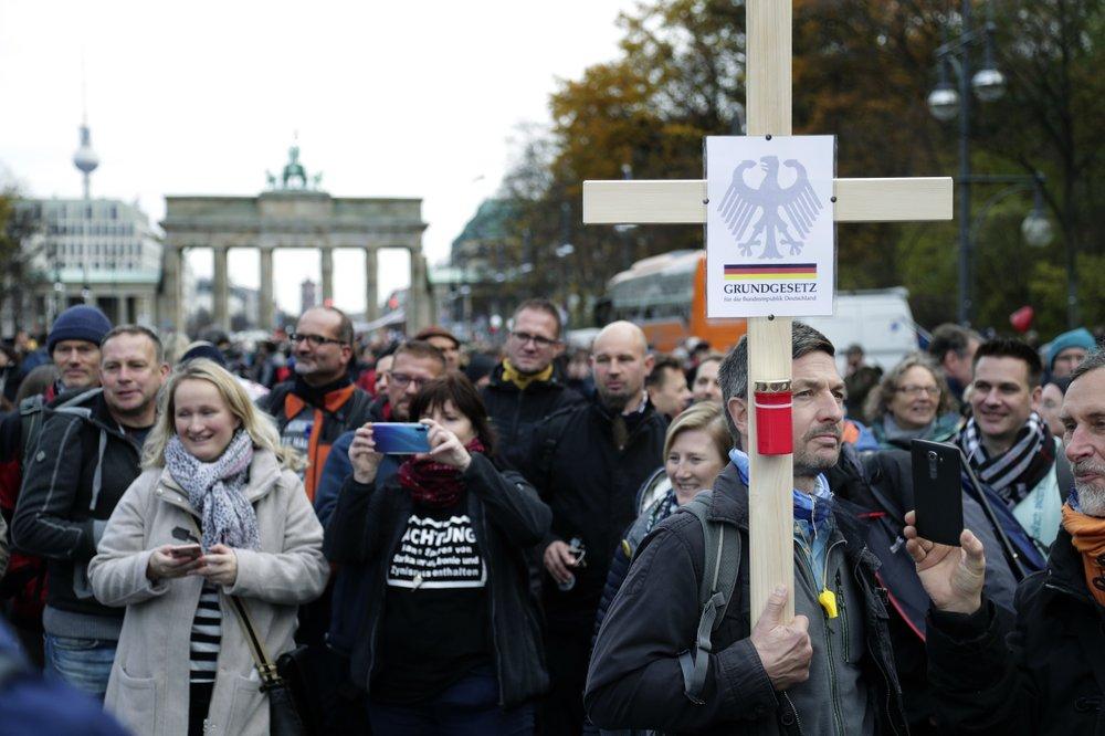 У Берліні протестують проти карантинних обмежень: фото, відео (оновлено) - фото 4