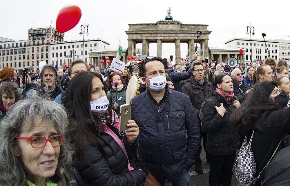 У Берліні протестують проти карантинних обмежень: фото, відео (оновлено) - фото 6