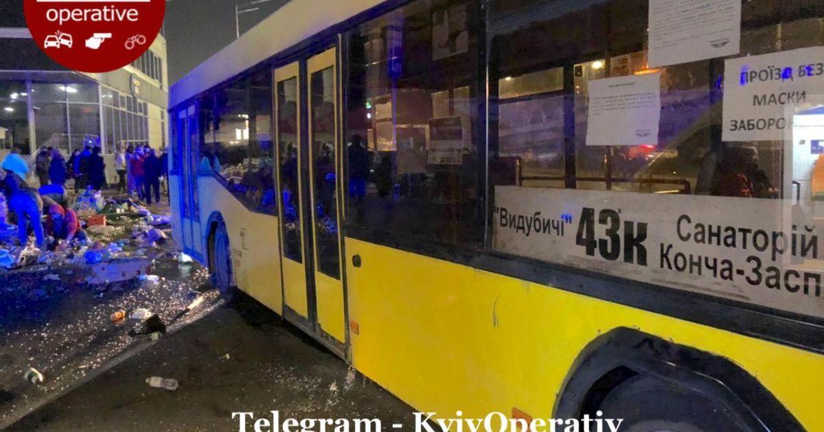 Смертельное ДТП в Киеве - автобус снес остановку, полную людей - фото 6