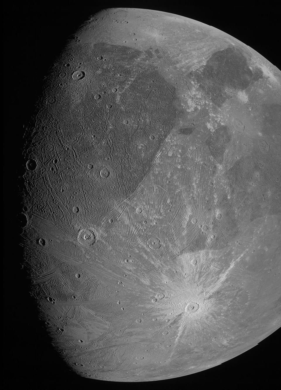 Як виглядає найбільший супутник в Сонячній системі: NASA опублікувало фото - фото 2