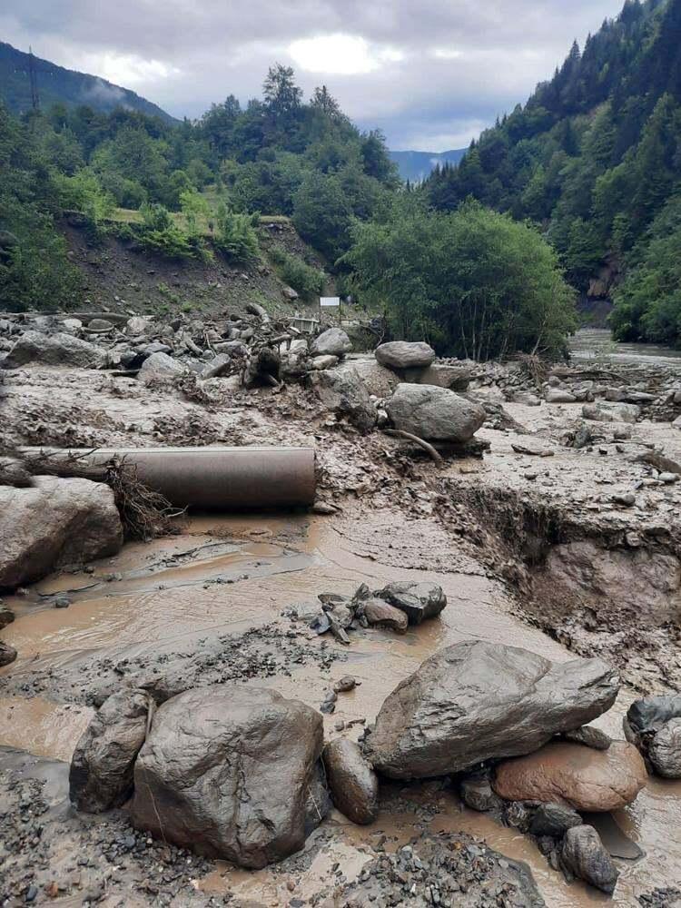 У Грузії потужні зливи руйнують дороги мости і міста (ФОТО) - фото 3