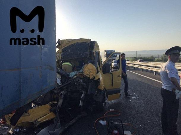 Кровавая авария в Крыму: микроавтобус с пассажирами протаранил грузовик - фото 3