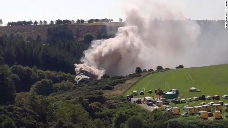 Не менше трьох людей загинули у результаті аварії потягу в Шотландії: опубліковані шокуючі фото і відео - фото 3