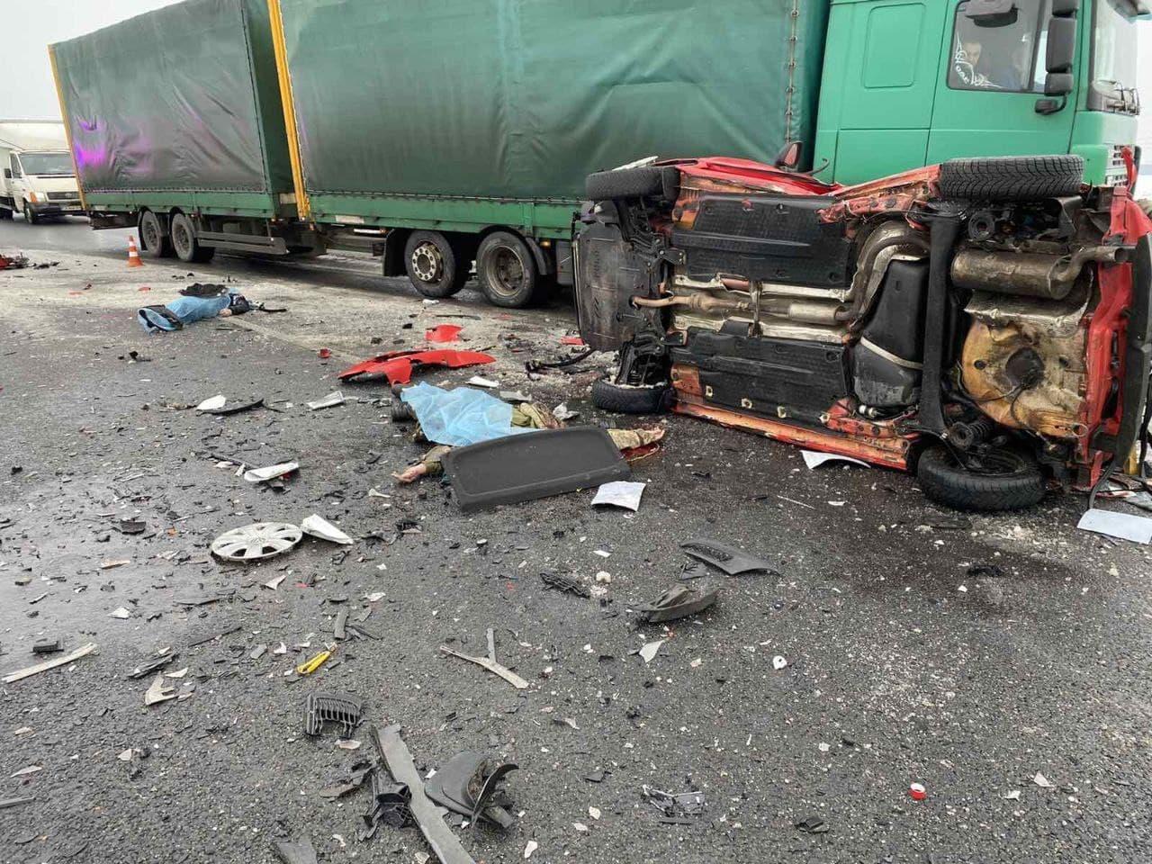 На трасі Київ-Чернігів сталася масова ДТП: є загиблі (ФОТО, ВІДЕО) - фото 2
